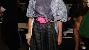 Min egen verden. Jeg føler mig sikker på mig selv, ikke fordi jeg tænker på, hvad andre vil synes om min påklædning. Måske endda fordi jeg ved, at andre mennesker ikke kan lide det, men fordi det isolerer mig, og jeg kan være i min egen verden bare i et lille øjeblik, siger den 13-årige indflydelserige modeblogger fra Chicago Tavi Gevinson, der her er fotograferet under en modemesse.