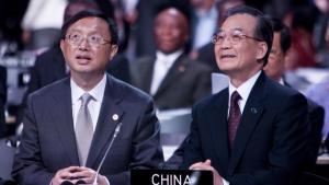 I Kinas hvidbog om klimaforandring fra 2008 hedder det decideret, at fortsat vækst altid har førsteprioritet, og at miljøbeskyttelse på ingen måde må arbejde imod denne vækst. Derfor kunne Kinas holdning under COP15 ikke komme som en overraskelse. På billedet ses de kinesiske forhandlere Wen Jiabao (til højre)  og Yang Jiechi i København i december.