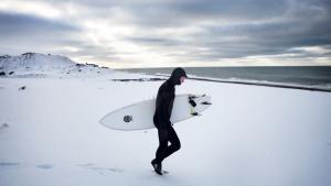 Hollandske Sjoerd Kok flyttede til Klimøller for seks et halvt år siden. Han havde været på ferie i byen mange gange og var tiltrukket af den afslappede atmøsfære og til den nemme adgang til at surfe året rundt. Foto: Kristine Kiilerich