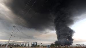 Røgsøjle fra en brændende bygning nær Santiago efter et jordskælv ramte Chile lørdag. Foto: Scanpix