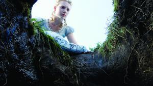 Alice kigger ned i kaninhullet i Tim Burtons nyindspilning af Alice i Eventyrland - som hun har gjort det så mange gange før. Lewis Carrolls eventyr blev filmatiseret første gang i 1903. Foto: Disney