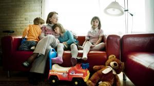 Heltinder. Au pair-pigerne er vor tids heltinder, siger sognepræst Edith Thingstrup, der gerne ville lade sin yngste passe fuldtids af en au pair, fordi normeringerne i daginstitutiionerne er så ringe.