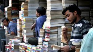 Et indisk bogmarked. Den indiske forlægger Mahesh Dutt lancerede det største fremstød af dansk litteratur i Indien nogensinde. Så forsvandt han. Nu er han tilbage, men danske forlag er skeptiske.