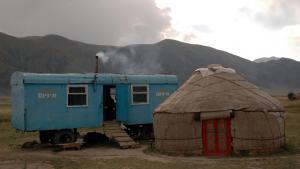 Hans Scherfig besøgte på en rejse i 1964 nomader i yurter, der er de kirgisiske nomaders traditionelle runde filttelt. Scherfig blev imponeret over, at digterkollegaen Aitmatov, der er født og opvokset i en yurt, endte som Kirgisistans mest berømte forfatter. Aitmatov havde, som alle nomadebørn på hans tid og under sovjettiden, gået i skole - det gør de ikke i dag.