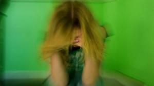 Stress koster Danmark 14 mia. kr. hvert år, og det kan samfundet ikke gøre noget ved, mener V og K. Men det holder ikke, siger førende stressforsker. For tre år siden påpegede Familielivskommissionen forgæves, hvordan det offentlige kan forbedre sin stresshåndtering