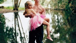 Angelina with her Father, Israel 2005. Tilhører kunstneren. Foto: Michal Chelbin