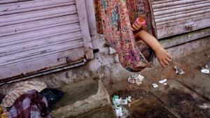 Tidlig morgen i Dharavi, hvor dagen starter med at vaske sig i en plastiktønde på gaden mens de yngste børn stadig sover. Dharavi var indtil 2009 Asiens største slumområde med mellem 500.000 og 1,2 millioner beboere. Foto: Michael Bothager