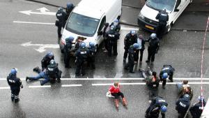 Politiet i færd med at anholde demonstranter uden for ungdomshuset på Jagtvej på Nørrebro, efter at politiet havde ryddet huset tidligt om morgenen den 1. marts 2007.