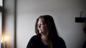 Tina Poulsen er psykisk syg og har oplevet at blive smidt rundt i det offentlige system i årevis. Hun har blandt andet været for længe syg til at blive ved at oppebære sygedagpenge. Hun mener, at hendes tidligere arbejdsplads er skyld i hendes nuværende tilstand.