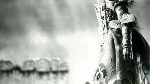 Jean Voigts visioner for teaterkostumet fik hele metieren til at løfte sig. Her er det Susse Wold, der er støbt ind i mesterens forunderlige kreation af silke og kniplinger, maling og brillanter i 'Købmanden i Venedig' på Det Kgl. Teater i 1971.