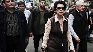 Den georgiske oppositions leder, Nino Burjanadse, (midten) deltog onsdag i en masse°©demonstration mod den siddende pr©°sident, Mikhail Saakashvili, i Georgiens hovedstad, Tbilisi. Det skete ikke uden risiko, for ved demonstrationen blev to betjente og en demonstrant dr©°bt, og snesevis blev s?ret .