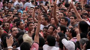 På Tahrir-pladsen i Kairo er der stadig demonstrationer. Imens forsøger vestlige institutioner at finde ud af, om man kan hjælpe en demokratisk udvikling på vej i bl.a. Egypten og Tunesien.