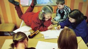 Lærer pigen på bordet noget, eller driller hun bare de andre elever?