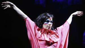 Björk kører totaloplevelsen i stilling i kampen for menneskets samhørighed med naturen på sit nye album, der er meget mere end det. Men det er stadig pop, bedyrer hun — eller måske snarere 'musik for folk'.