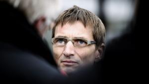Den tidligere våbensmugler Niels Holck er blevet midtpunkt i en diplomatisk storm, der i går nåede nye højder med udmeldingen fra den indiske regering om at fastfryse samarbejdet med Danmark.