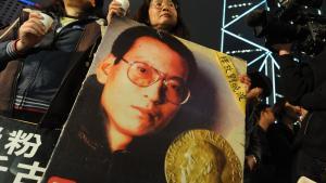 I kølvandet på sidste års Nobelpris opfordrede udenlandske regeringer og menneskerettighedsgrupper til Liu Xiaobos løsladelse, men han er stadig i fængsel, og hans kone har nu været i husarrest i et år.