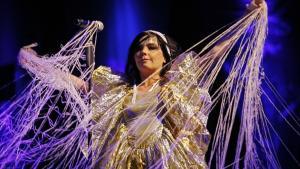 Björk giver den alt, hvad de ustyrlige elementer kan trække, på sit nye album, 'Biophilia'. Og kærlighed, sygdom, håb og mørke kan trække en hel del.