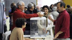 Favoritten François Hollande kom godt igennem første runde af de franske socialisters primærvalg med omtrent 39 procent af stemmerne. Dog understreger Le Monde, at spillet langt fra er ude for partiets formand, Martine Aubry, der fik 31 procent af stemmerne. Anden og sidste runde er søndag den 16. oktober. Vinderen bliver stillet op for socialisterne ved præsidentvalget 2012.