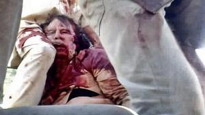Bloggen Iconic Photos ser nærmere på de første nyhedsbilleder billeder af den hårdt sårede/allerede døde Muammar Gaddafi