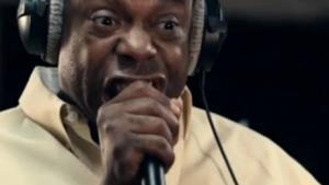 Michael Winslow, lydkunstner og komiker med speciale i lydeffekter lavet kun med stemmen, viser i denne video skrivemaskinens historie – fortalt gennem lydimitation.