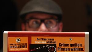 Det tyske Piratparti har ikke tillid til myndigheder og politikeres forsikringer om, at man straks vil standse den ulovlige overvågning af privatpersoners computere. Partiet har derfor politianmeldt Bayerns indenrigsminister. På billedet Oliver Hoefinghoff fra piratpartiet.