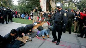 Billeder og videoklip af en kampklædt betjent som på klods hold sprøjter peberspray i ansigtet på siddende Occupy-demonstranter har gået verden rundt de seneste dage. Xeni Jardin har interviewet et af spray-ofrene