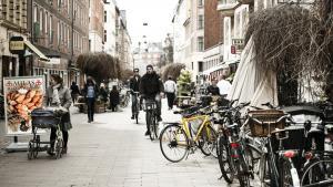 Flere steder på Nørrebro – som her på Blågårdsgade – har man fundet hinanden og er i gang med bl.a. at skabe lokaliseret økonomisk vækst. Det viser, at selv om politikerne ikke magter at tæmme markederne, så har danskerne selv vigtige værktøjer, mener kronikøren.