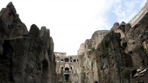 Forfald. Colosseum i Rom har været ramt af sammenstyrtninger og er blevet et generelt billede på det kulturelle forfald i Sydeuropa. Det er ikke kun Roms mest kendte vartegn, der lider under finanskrisen – også det brede udsnit af den kulturelle arv, som takket være Italiens historie udgør én af verdens største skatkamre er i fare for ikke at blive vedligeholdt.