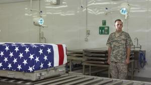»I want to let the families know that the soldiers were taken care of from the time of the incident to the return to the final resting place.« –  SSG Jeffrey Holden, 34, Mortuary Affairs Specialist, Kandahar Airfield, Afghanistan. Foto © Philip Cheung