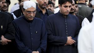 Den pakistanske præsident Asif Ali Zardari (tv.) og hans søn Bilawal Bhutto (th.). Her til begravelse i oktober i år af den tidligere førstedame Begum Nusrat Bhutto, der var mor til afdøde Benazir Bhutto.