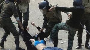 USA's udenrigsminister Hillary Clinton har fordømt politisoldaters brutale overfald på en kvindelig demonstrant, og tusinder af egyptiske kvinder demonstrerede tirsdag over overfaldet. Styret undskylder, men kvindelige aktivister mener at det er 'for lidt og for sent'