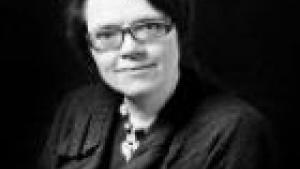 Charlotte Aagaard taler bl.a. om den manglende forskel på rød og blå udenrigspolitik, om Villys Søvndals problemer med rollen som udenrigsminister, om de magtfulde embedsmænd, om DKs manglende anerkendelse af Palæstina som FN-medlemsland, om Syrien, DKs forhold til USA og Danmarks kommende opgave som EU-formandsland