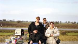 Henning Tinghøj Jensen (kørestol), Jes Rasmussen (i midten), Tina Movin (t.h.) og hjælper Pia Tøstesen (t.v.) fra bofællesskabet Fyrparken i Esbjerg er på deres årlige juletur til grænsen, hvor de handler og tager ud at spise.