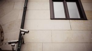 I George Orwells '1984' truer overvågning frihed og demokrati, men i dag er overvågning i mange tilfælde reduceret til underholdning – i realityprogrammer som 'Big Brother' og 'Paradise Hotel' og i sjove videoklip, der florerer på nettet.