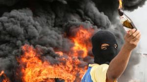 Mindst en demonstrant er blevet dræbt under de seneste dages demonstrationer i Bahrain. Protesterne mod Formel 1-løbet, der blev afviklet i går, resulterede i brændende bildæk og et efterfølgende massivt opbud af strategisk placerede sikkerhedsstyrker i Manama, Bahrains hovedstad.