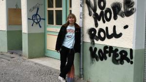 Filminstruktøren Nana Rebhan er meget opmærksom på, at masseturismen i disse år forandrer Berlin i en grad, der deler byens faste beboere: Der er dem, der mener, at det forandrer byens sammensætning og skyder priserne på alt i vejret. Mens andre er glade, da de tjener styrtende på det.