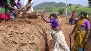 Fattige dalitter eller kasteløse i gang med at bygge veje i Indien. Social oprindelse gør det næsten umuligt for dem at bryde fri af de sociale bånd. Som følge af en nedarvet social status bliver de betragtet som 'urørlige', og de udsættes for omfattende diskrimination og krænkelser.