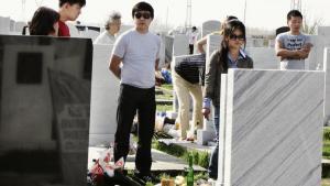 /h4> En gang om året mødes de uzbekiske koreanere på kirkegården og mindes deres døde på koreansk vis. Det har været fast tradition, siden de første koreanere på Stalins ordre blev deporteret fra det fjerne Østen.