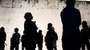 Grækere demonstrerer foran landets parlament imod de nedskæringer, som Grækenland er blevet pålagt af EU som betingelse for lån. Men trods disse redningspakker forudser topøkonom, at det udelukkende er et spørgsmål om tid, før Grækenland går statsbankerot.