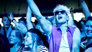 Roskilde 2012 er allerede så småt gået i gang. Her er publikum i stemning søndag under koncert med Dig og Mig.