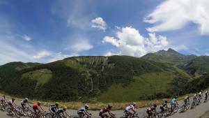 Feltet med bjergrytteren i den prikkede trøje, Frankrigs Thomas Voeckler (tv.), cyklede i går 148 km på den 11. etape af Tour de France.