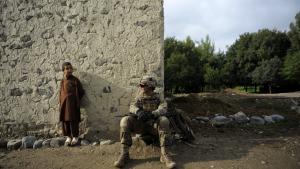 Den afghanske præsident, Hamid Karzai, har ikke modsat sig parlamentets fyring af to ministre, men forsøger i stedet at berolige det internationale samfund, som er bekymret for sikkerheden i landet.
