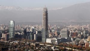 I Chiles hovedstad Santiago rager den ufærdige 300 meter høje skyskraber Gran Torre Santiago op – et af mange tegn på landets stadige vækst.