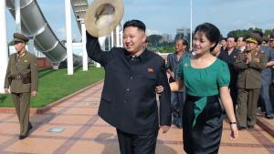 Nordkoreas leder, Kim Jong-un, og hans kone, Ri Sol-ju, ses her ved åbningen af Folkets Forlystelsespark nær hovedstaden, Pyongyang. Han har oplyst Kina, at han vil udvikle den stillestående  økonomi i et af verdens fattigste lande med reformer og skabe nye økonomiske frihandelszoner.