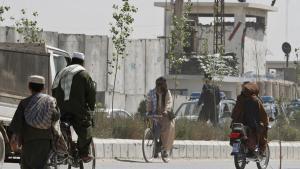 Asadullah Khalid var som guvernør i den urolige Kandahar-provins i den sydlige del af landet berygtet, fordi han angivelig bortførte og torterede politiske og personlige modstandere. Khalid har konsekvent nægtet enhver indblanding i sådanne aktiviteter.
