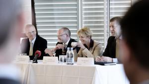 PensionDanmark har tidligere vist stor interesse for at investere i grøn energi – her ses pensionsselskabets direktør, Torben Möger Pedersen (nummer to fra venstre), i selskab med DONG's tidligere direktør Anders Eldrup, forhenværende klimaminister Lykke Friis (V) og Peter Damgaard Jensen, direktør i PKA, i marts 2011. Det er da også Anders Eldrups tidligere nøglemedarbejdere, Torben Möger Pedersen har hentet til at forvalte PensionDanmarks nye grønne fond.