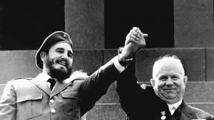 Kammerater. Cubas Fidel Castro på officielt besøg hos den sovjetiske partichef, Nikita Khrusjtjov, i Moskva i 1963. Khrusjtjov var året forinden blevet taberen i stormagtspillet om missilerne i Cuba – men det er ikke sikkert, at det var ham, der var galningen.