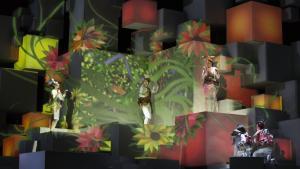 Den visuelle side af 'Den fiffige lille ræv' er spektakulær. Produktionen må være en overhænger fra den tidligere operachef, Keith Warner, som havde indkaldt scenografen Es Devlin til sin 'Parsifal' i foråret. Devlin kendes bl.a. som arkitekten bag afslutningsceremonien i årets Olympiske Lege – nu er hun tilbage i København med den rene magi, hjulpet af eksperter i lyssætning og videoprojektioner.