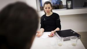 Sundhedsrådgiver Nele Just forholder sig neutral under samtalen. Fordømmer ikke, men spørger ind til de ting, hun ser som udfordringer. Det gør hun for at forberede førtidspensionisten Maibritt Dahl, der havde et alkoholmisbrug, på fremtidige svære situationer.