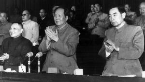 Vidste besked. Bogen dokumenterer, at partiledelsen – her med formand Mao i midten – ikke kendte til katastrofens fulde omfang. På partikonferencen blev prisen på Det Store Spring Fremad foldet helt ud.